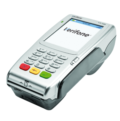 Verifone VX 680 on pienikokoinen käteen täydellisesti sopiva kannettava maksupääte, joka sisältää värillisen kosketusnäytön, NFC-lukijan, akun sekä paljon muita lisäarvo-ominaisuuksia. Saatavilla joko 3G tai WLAN-yhteydellä.