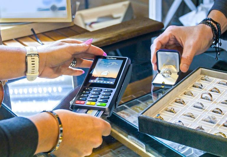 Valitse oikea maksupääte yrityksellesi - ei pelkkää sanahelinää, vaan harkinta kannattaa. Oikea maksupääte aidosti auttaa juuri sinun liiketoimintaasi menestymään. Oikeat, tarvitsemasi palvelut ilman sählinkiä, edullisimmat hinnat. Harkitse siis laitetta kunnolla ja kysy neuvoja ammattilaisilta.