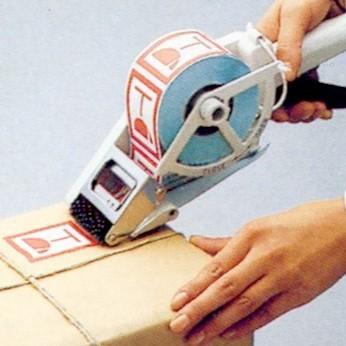 Towa-aplikaattorilla eli etiketinirroituslaitteella nopeutat valmiiksipainetun etiketin kiinnittämistä. Voit esimerkiksi ensin tulostaa etiketin kirjoittimella sen jälkeen kiinnittää etiketti Towalla tuotteeseen jossain muualla. Aplikaattori helpottaa esimerkiksi tuotetietotarrojen, varoitustekstien ja ALE-lappujen kiinnityksessä tuotteisiin. Tarrat rullassa voivat olla mitä tahansa omalla tulostimella tai painotalossa tuottamaasi tarraa.